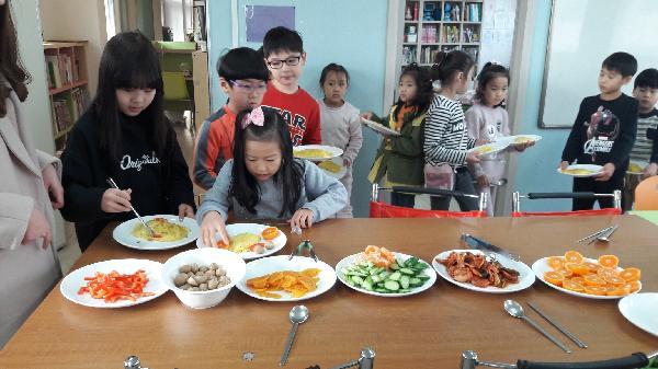 맛있는 김장김치는 아이들의 다양한 요리에 사용됩니다.
