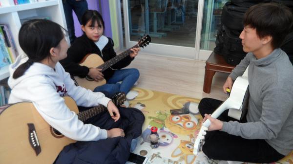 학생들이 기타를 마음껏 칠 수 있도록 도와주세요!!