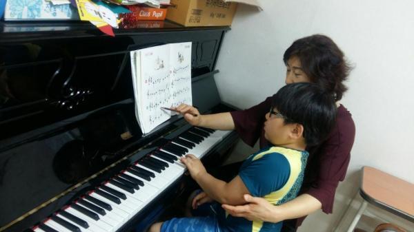 열손가락의 아름다운 멜로디로 피아노를 연주해요