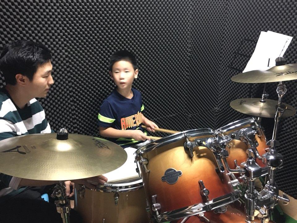 드럼연습을 하고 있습니다.