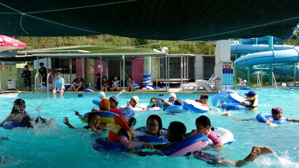 작은 은 수영장에서 물놀이 하는 장면