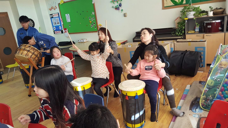 봉사자들의  손을 빌려 함께 연주 하던 아이들