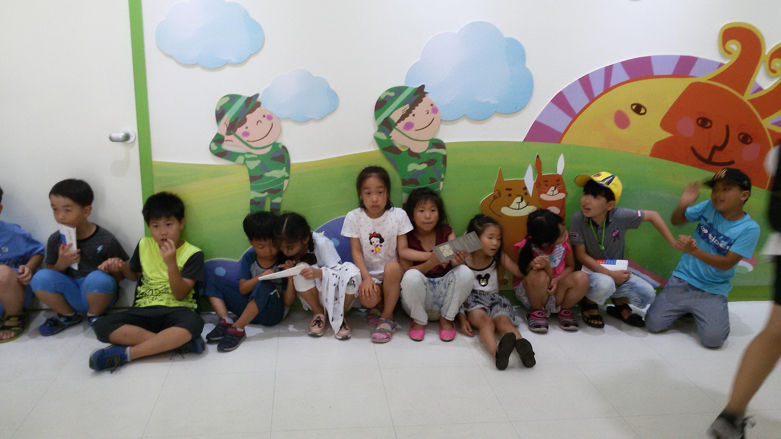 어린이 전쟁기념관에서 기다리며