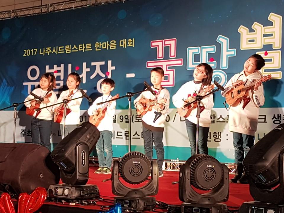 센터 자체 마을 어르신들을 위한 공연 모습